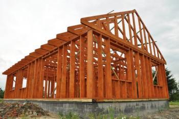 Rámová konstrukce dřevostavby, řezivo je impregnováno