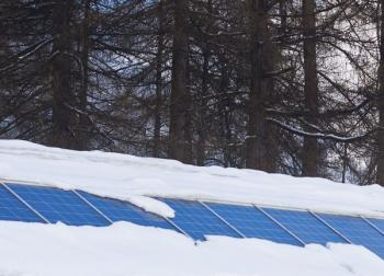 Fotovoltaické panely částečně pod sněhovou pokrývkou