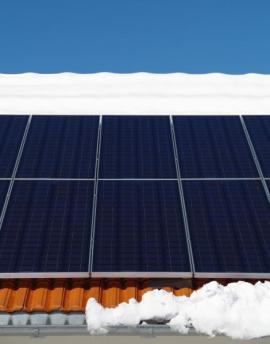 Fotovoltaické panely při oblevě