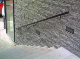 Kamenný obklad venkovní stěny a schodiště