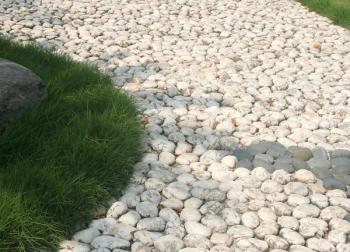 Oblázky usazené do betonu - masáž pro naše chodidla