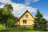 Velký pozemek kolem menšího rodinného domku
