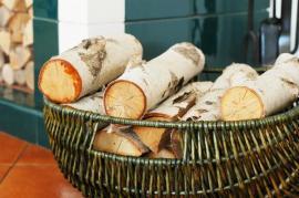 Zásoba březových polínek u krbu