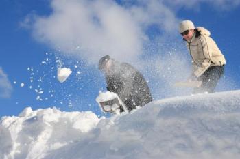 Odklízení sněhu ze střechy
