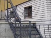 Kované mokenní mříže jsou sladěné se schodišťovým zábradlím