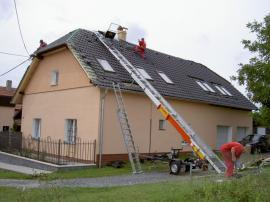 Šikmý výtah  při pokládce střechy