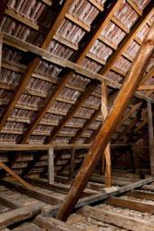 Krov staršího bytového domu, podlaha půdy je zateplena vatou