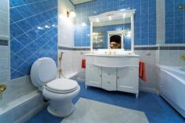 Koupelnám vládne keramická dlažba