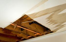 Vlhkostí poškozený sádrokartonový podhled