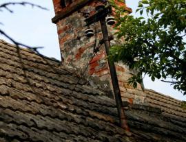 Již nevyhovující střešní krytina, naprosto neexistující napojení komína