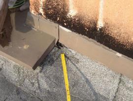 Poškozené navázání ploché střechy na svislou konstrukci