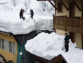 Odstraňování sněhu z ploché střechy