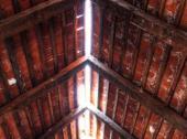 Poškozená krytina, chybí hřeben střechy