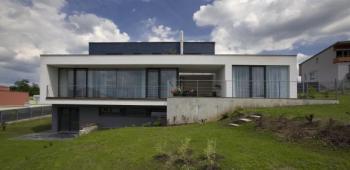 Bohatě prosklená budova