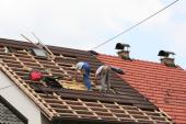 Při rekonstrukci střechy probíhá montáž střešních oken zároveň s pokládkou krytiny