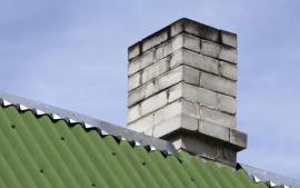 Saze na vnějším plášti nadstřešní částim komína nevěstí nic dobrého