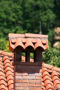 Vyzděná komínová stříška neumožní čištění komína ze střechy