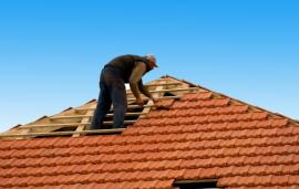 Pokládka střešní krytiny na valbovou střechu