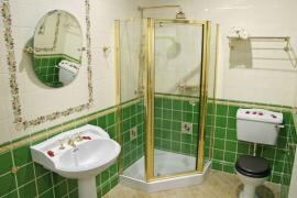 Nová koupelna, sprchový kout zde nahradil vanu a zvětšil prostor