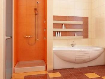 Světlá koupelna, přitom však pestrá a hřeje