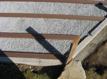 Podlahové rošty založené na štěrku