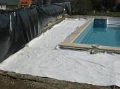 Položení geotextilie pod štěrk na utužený podklad
