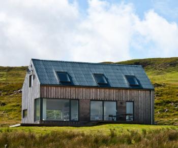 Kompaktní stavba pasivního domu (dřevostavby) s dominantními prosklenými plochami
