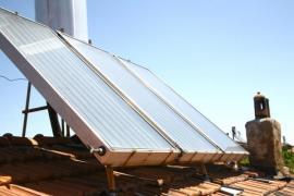 Nosná konstrukce pro přizvednutí panelů na šikmé střeše mírného sklonu