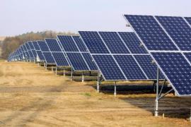 Fotovoltaická elektrárna, panely jsou kotvené do země
