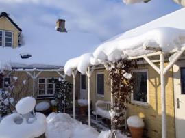 Přívaly sněhu na šikmých střechách