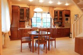 Masivní dřevěná kuchyně