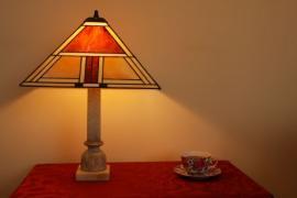 Tiffany lampa na nočním stolku