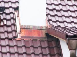Oplechování komína, přesah střechy s okrajovými (štítovými) taškami a okap