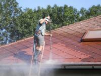 Čištění eternitové střechy tlakovou vodou