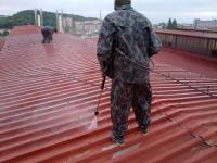 Čištění plechové střechy před nástřikem