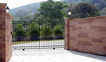 Kovová brána posuvná kolejnicová