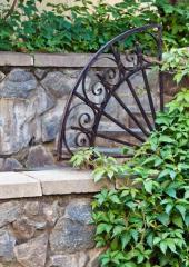 Kovový architektonický prvek v zahradě může doplnit bránu a oplocení