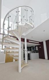 Zábradlí kovového schodiště - kombinace kovu a skla