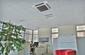 Klimatizace v kanceláři - vnitřní jednotka ve stropním podhledu
