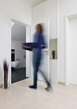 Styl zařízení novostavby se vyznačuje přímými liniemi a jednoduchostí. Vybavení koupelny se drží této zásady a prezentuje se nevtíravě svým designem a technicky rafinovaným řešením. (Foto: Viega)