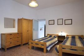Hostinský pokoj - komoda, skříň, dvě postele, které lze v případě potřeby srazit, noční stolek a osvětlení
