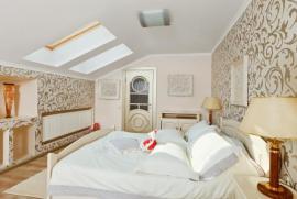 Luxusně vybavený hostinský pokoj jako podkrovní ložnice