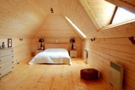 Prostorný pokoj v podkroví