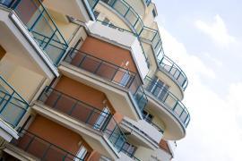 Kovové architektonické prvky bytového domu