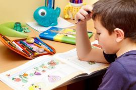 Čtení u dětského pracovního stolu