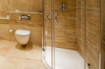 Atypický tvar sprchové vaničky, kdy stěny nesvírají pravý úhel a vpředu tvoří vanička oblouk