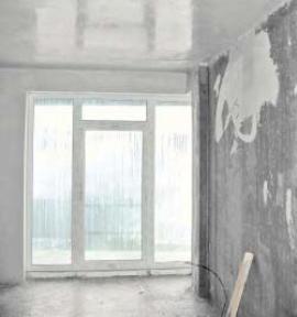 Namrzlé kapky vody na stropě