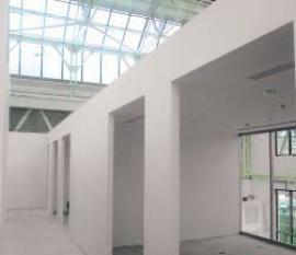 """Kancelářské """"kóje"""" na galerii stojí volně v prostoru a jejich stabilitu zajišťuje pouze nezavěšený podhled a společný průvlak – rovněž ze sádrokartonu."""