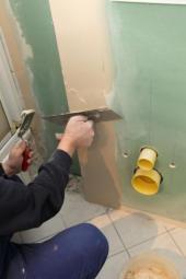 Sádrokarton na štítové straně - zelená barva povrchu signalizuje, že je zde budována koupelna