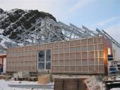 Ocelový vaznicový systém konstrukce střechy Lindab Roof spřesahy u okapu 230mm a ve štítech 400mm přes vnější líc fasády. Zakrátko byl pokryt krytinou Lindab vpovrchové úpravě Classic vbarvě tmavě šedé.